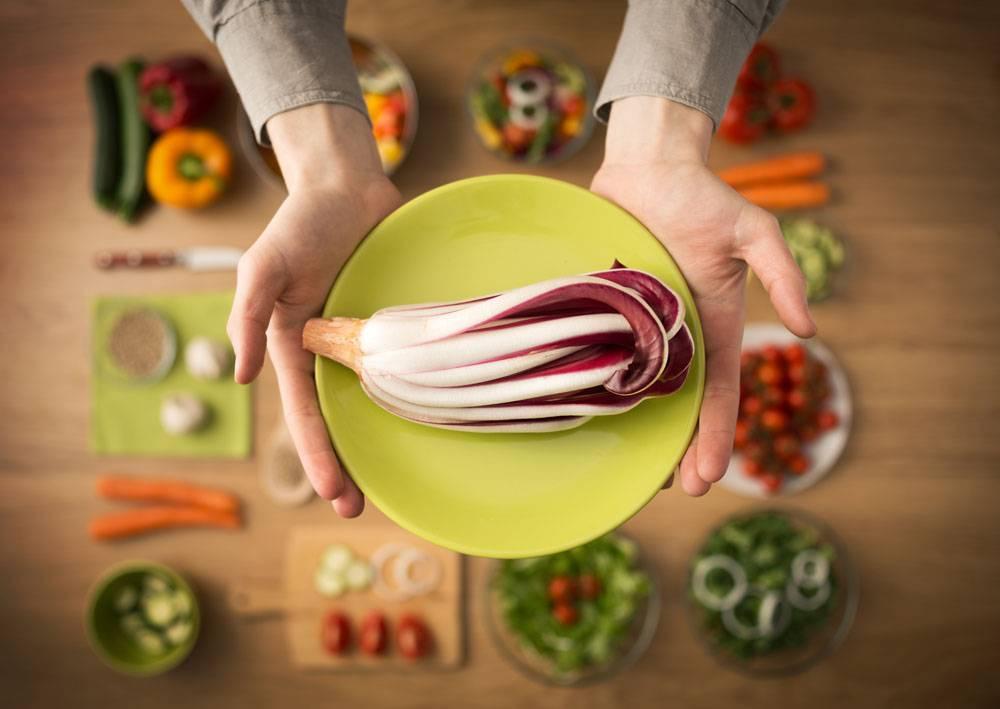 双手捧着绿色盘子