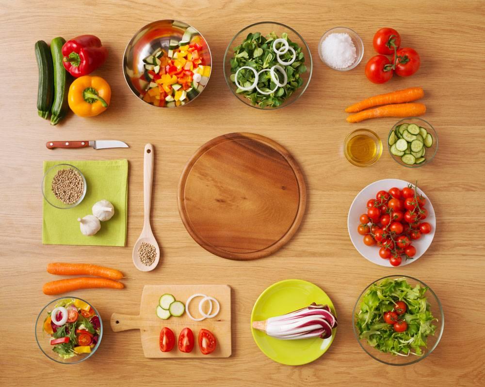 摆满食材的桌子