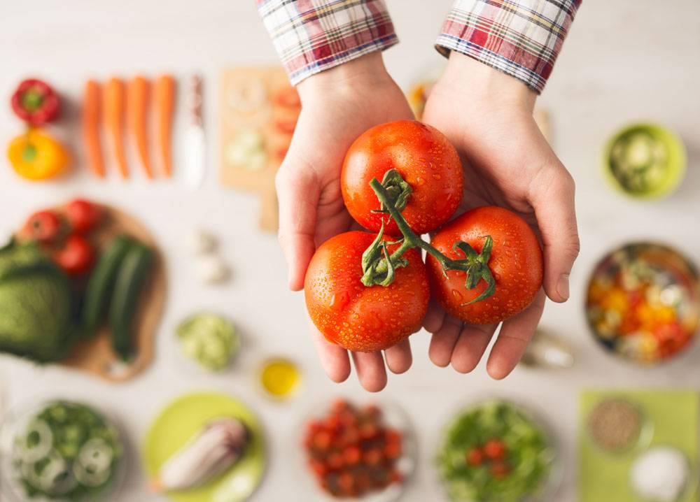 拿着番茄的手
