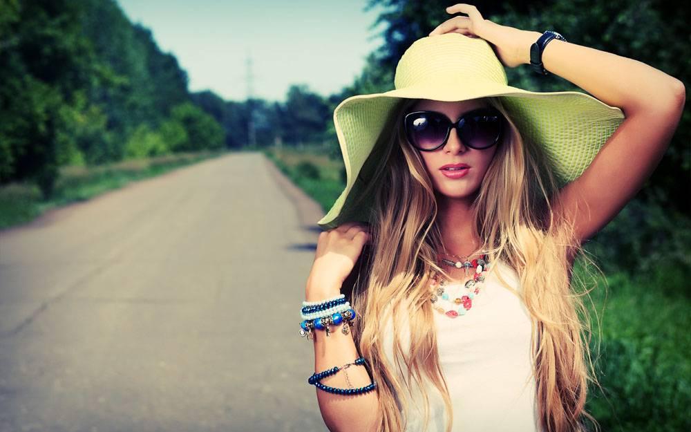 戴墨镜帽子的美女