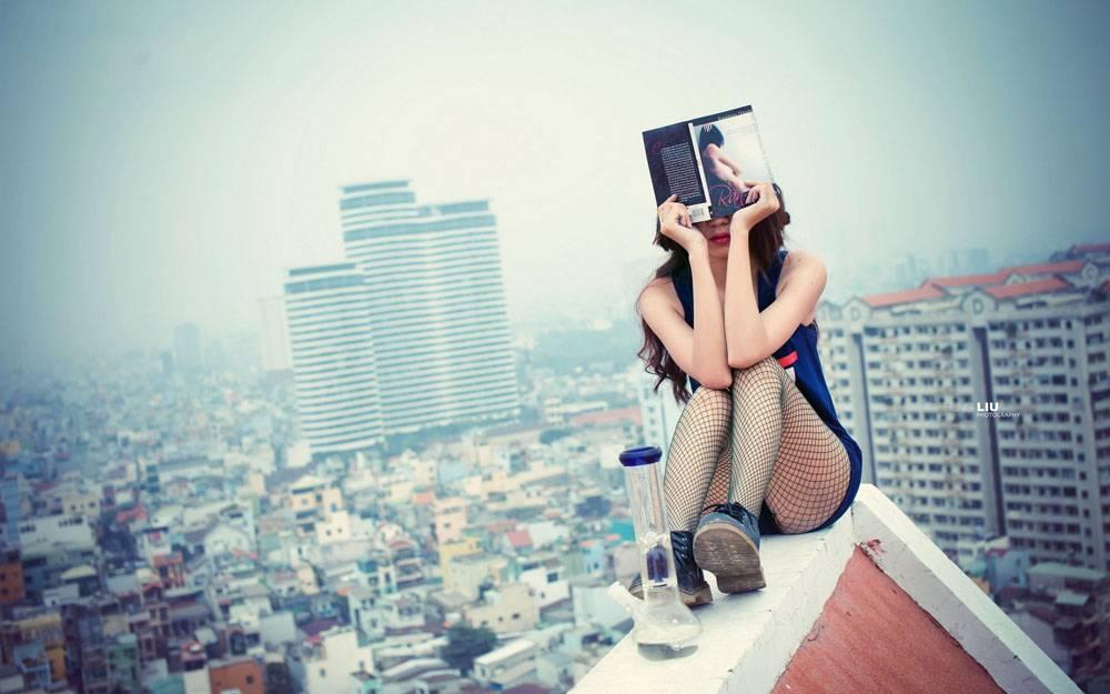 坐在房顶的美女